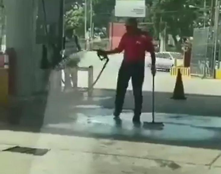 نظافت غیرعادی مأمور پمپ بنزین در ایستگاه!